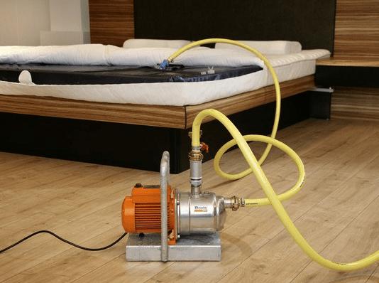 Hoe moet ik een waterbed leegmaken of leegpompen?