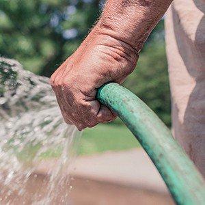 Kan ik mijn waterbed leegpompen met een tuinslang?